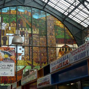Malaga, Mercado Central de Atarazanas : armatures métalliques et vitraux représentant les principaux monuments de la ville