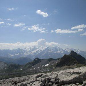 Le lapiaz du désert de Platé et le massif du Mont-Blanc